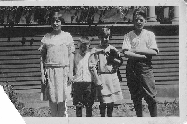 Agnes Martin, holding cat, with her siblings Maribel, Malcolm Jr., and Ronald, left to right (courtesy of Christa Martin, Martin Family Archive)
