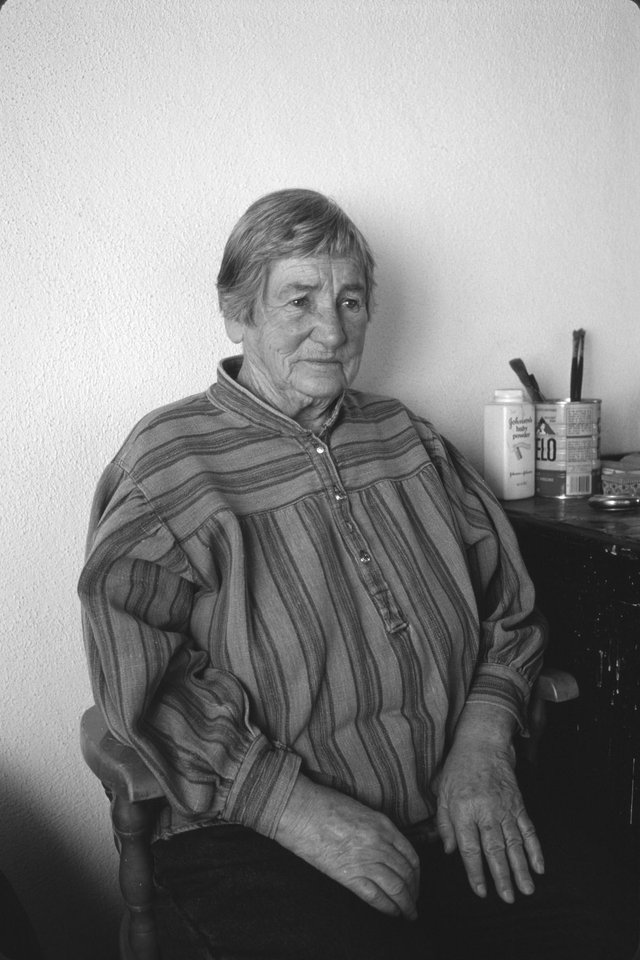 Agnes Martin in Taos, New Mexico, in 1993. (photo by Dan Budnik, courtesy Dan Budnik Archive)