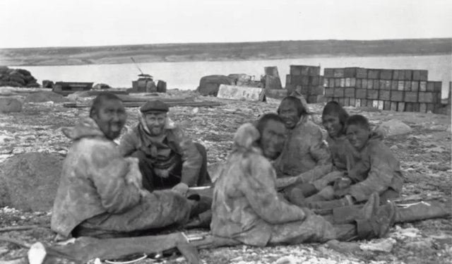 Diamond Jenness (centre left) with Copper Inuit at Bernard Harbour, Northwest Territories (Nunavut) (photo courtesy of Canadian Museum of History, 42232)