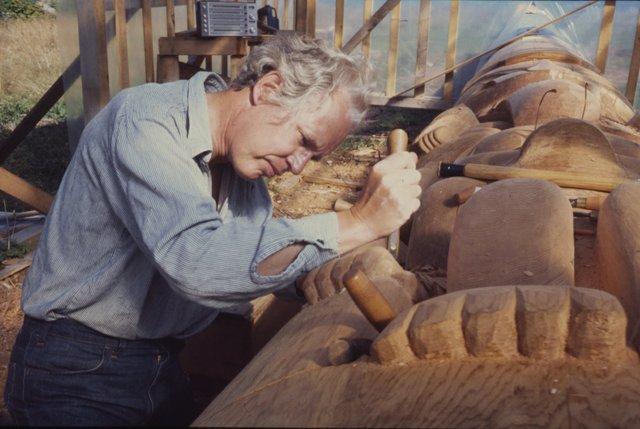 Bill Reid works on a totem pole. (courtesy of the Bill Reid Gallery of Northwest Coast Art, Vancouver)