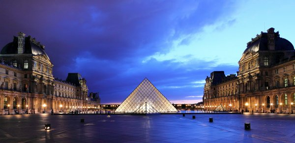 The Louvre courtyard at dusk. (courtesy Wikimedia Commons, Martin Falbisoner)