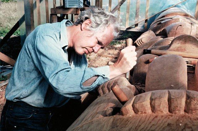 Bill Reid carving in Skidegate around 1976. (photo by Martine J. Reid; courtesy of the Bill Reid Gallery of Northwest Coast Art, Vancouver)