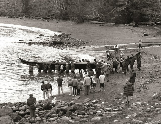 """Launch of the """"Loo Taas"""" canoe in 1986. (photo by Ulli Steltzer; collection of the Haida Gwaii Museum, Skidegate (Ph 08535); courtesy of the Bill Reid Gallery of Northwest Coast Art, Vancouver, and Princeton University Library, New Jersey)"""