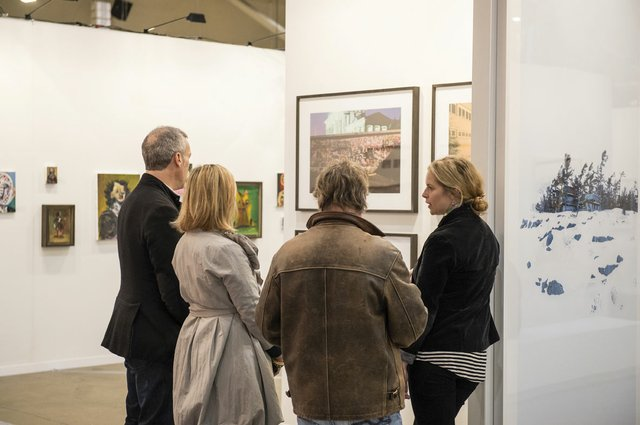 """Collectors speak with the gallery manager of Monte Clark"""