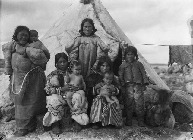 "Geraldine Moody, ""Inuit women and children at summer camp, Fullerton Harbour, Nunavut,"" August 1906"